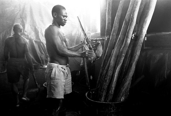 The kitchens of the prison.<br /> Rwanda, Prison of Gitarama, November 1996.<br /> © Laura Razzano