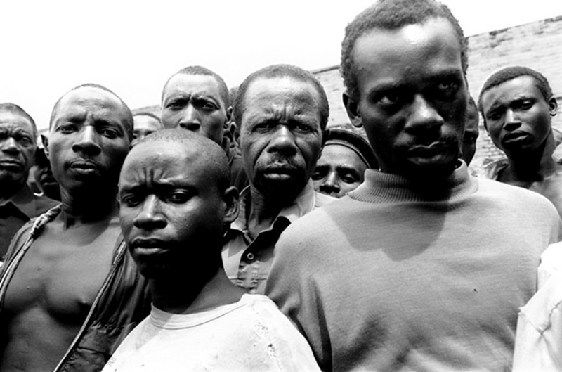The prisoners are crowded toghether, standing against each other.<br /> Rwanda, Prison of Gitarama, November 1996.<br /> © Laura Razzano