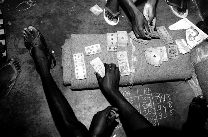 Some of the prisoners spend their time playing cards.<br /> Rwanda, Prison of Gitarama, November 1996.<br /> © Laura Razzanoo