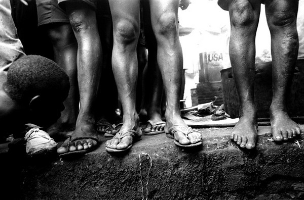 In the prison there is no space to lie down or sleep.<br /> Rwanda, Prison of Gitarama, November 1996.<br /> © Laura Razzano