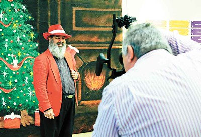 Vince Morvatz of Akron poses for his annual Santa picture during the Buckeye Santa meeting. BRUCE BISHOP/CHRONICLE
