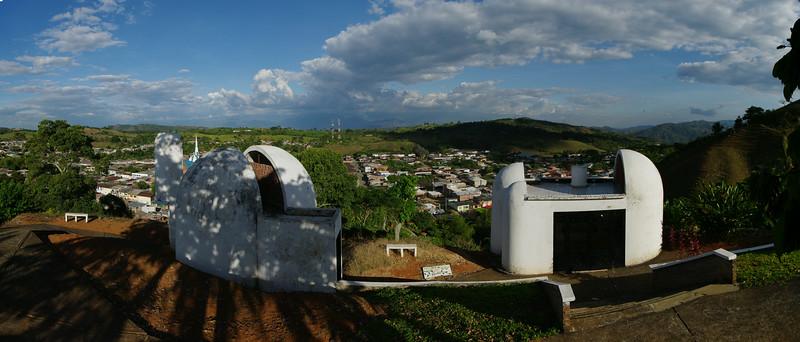 En lo alto del cerro, reposan los restos del sacerdote Tiberio Fernández Mafla, que fue asesinado y mutilado de manera brutal por su trabajo promoviendo la organización campesina en cooperativas.