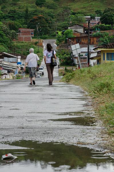 Cada mes, la incansable hermana Maritze, asesora y acompañante de la Asociación de Familiares de Víctimas de Trujillo (Afavit), visita el pueblo. Esta comprometida defensora de derechos humanos se resigna al acompañamiento internacional, debido a las amenazas que le impiden acudir sola a Trujillo.
