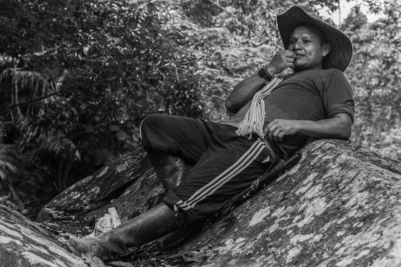 """Tocayo, campesino de la zona y participante activo en la caracterización biológica, nos guió por el bosque cerca del campamento, compartiendo a lo largo del recorrido su conocimiento de la zona (tanto el contexto como su fauna y flora), mostrándonos los diferentes lugares donde habían sido colocadas las cámaras trampas. Gracias a su ojo agudo, localizó una serpiente muy venenosa que en la zona llaman """"equis""""."""