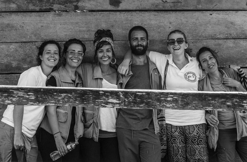 Felices, reunidas con nuestros compañeros y buenos amigos de la organización International Action for Peace (IAP), quienes estuvieron acompañando a la comisión en su conjunto durante toda la caracterización. De izquierda a derecha: Delphine (PBI), Paula (IAP), Natalia (IAP), Miguel (IAP), Hannah (PBI), Ana (IAP).