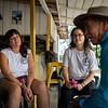 Elena y Yvonne hablan con Don Gerardo, uno de los líderes de Cahucopana.<br /> Don Gerardo es uno de los líderes de Cahucopana. Fue en 2004, en medio de una crisis humanitaria resultado de los bloqueos económicos que impusieron los actores armados legales e ilegales, cuando más de trescientos campesinos del Nordeste antioqueño decidieron conformar esta organización de base.