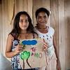 Mientras espera el comienzo de los talleres, una jóven ha escrito un mensaje de amor para su mamá.