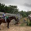 En la trocha nos encontramos con niños que están regresando de la escuela a su casa. Montan 2 horas a caballo para llegar a la escuela y regresar a sus casas, cuenta una de las niñas de la zona.