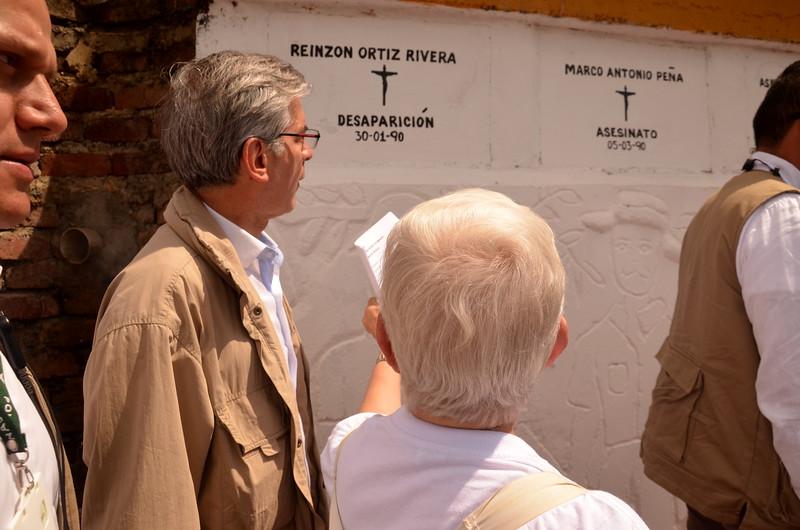 El Ministro de Justicia del momento, Yesid Reyes, llegó a Trujillo para pedir perdón público a las víctimas en nombre del Estado. <br /> Junto con la Hermana Maritze, visitaron los osarios donde reposan los restos de algunas víctimas.