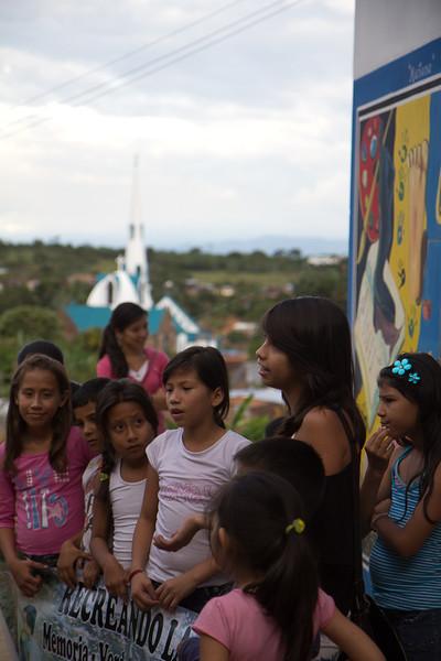 «Nuestros familiares fueron asesinados, desaparecidos, ya imaginan la tristeza tan grande», cuentan las niñas en Trujillo. Las generaciones más jóvenes también son víctimas de uno de los capítulos más sangrientos de la historia reciente de Colombia.