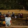 Un niño observa mientras desembarca la delegación. Después de instalada la Comisión de verificación y una breve pausa para admirar el paisaje, se procedió a continuar la navegación por el río hasta Los Chorros, donde esperaban los campesinos para dar testimonio.