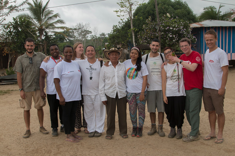 La delegación de Christian Aid con el equipo de Cijp y Erasmo Sierra, líder de la ZH Nueva Esperanza (Jiguamiandó), acompañado por PBI y los voluntarios y voluntaria de la organización de acompañamiento internacional Los Katios.