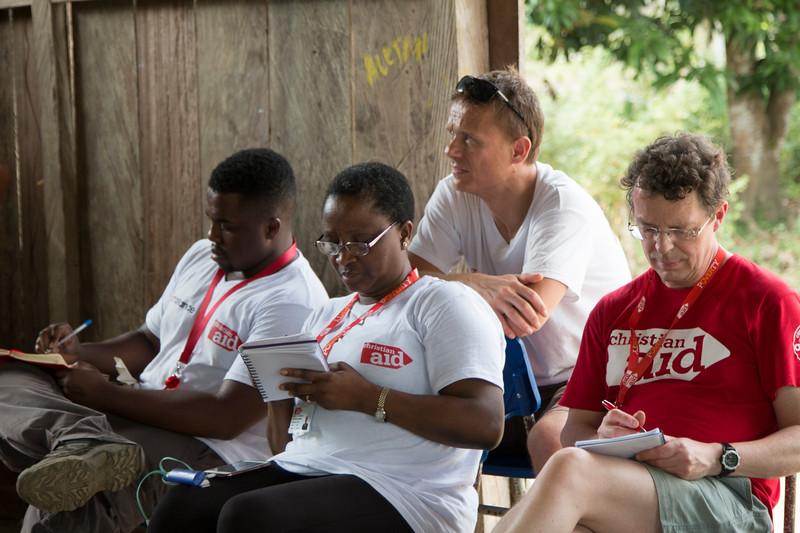 Justice, Zainab y Adrian , del equipo de Christian Aid en Londres con Thomas Mortensen, director de Christian Aid en Colombia, escuchando las historias de las lideresas y lidereses.