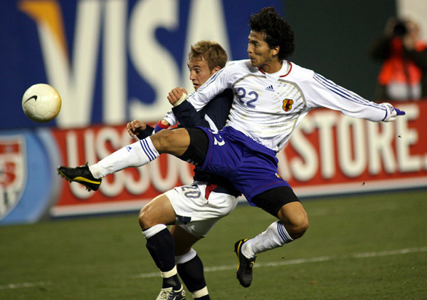 The United States' Taylor Twellman battles  Japan's Yuji Nakazawa during the first half of an international friendly soccer match, in San Francisco.   (AP Photo/Dino Vournas)