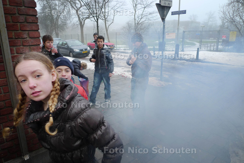 Hele dag geknal en rook in de straat - Het toestaan van vuurwerk afsteken op 31 december van 10:00 tot 1 januari 2:00 heeft voor veel overlast gezorgd. Overal hingen kinderen op straat die de hele dag vuurwerk afstaken. Hier was niets aan te doen. Volgens de politie was het voor kinderen zonder begeleiding van een oudere toegestaan vuurwerk af te steken. Ondanks het verbod om het aan ze te verkopen - DEN HAAG 31 DECEMBER 2010 - FOTO NICO SCHOUTEN