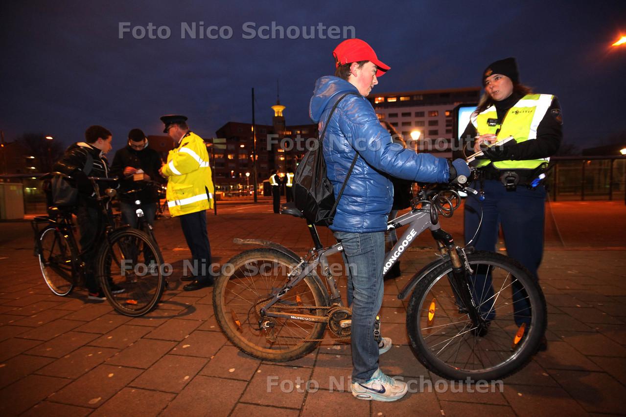 Fietsverlichtingsactie op het Generaal Eisenhowerplein. Deze actie wordt gehouden door de politie Haaglanden in samenwerking met de gemeente Rijswijk. Fietsers zonder licht worden aangehouden en voor de keus gesteld: of een verkeersboete betalen van 50 euro of ter plaatse een fietslampsetje aanschaffen. De fietslampsetjes zijn door de gemeente aangeschaft en worden tegen kostprijs (€ 2,50) ter beschikking gesteld.<br /> De actie richt zich met name op de schoolgaande jeugd en heeft tot doel om de verkeersveiligheid te bevorderen - RIJSWIJK 31 JANUARI 2013 - FOTO NICO SCHOUTEN
