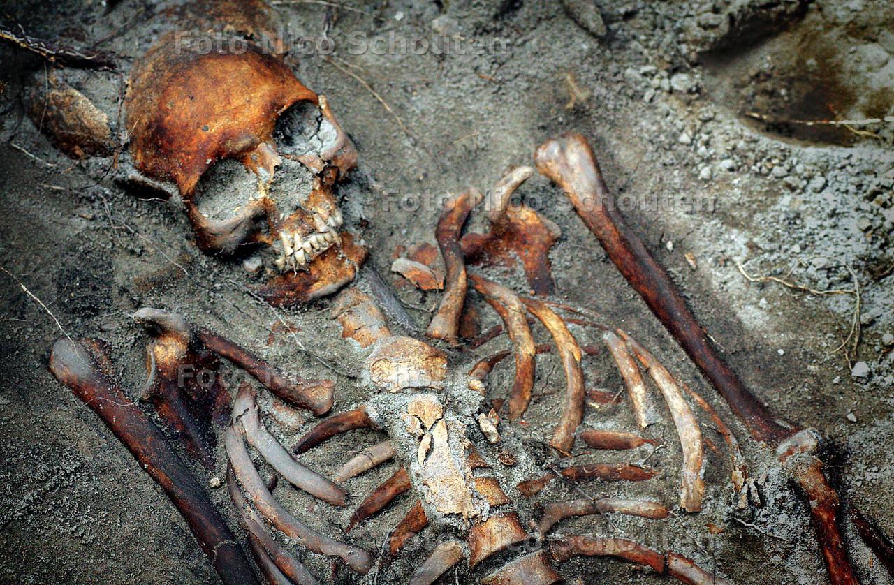 HC - GAAF SKELET BIJ GROTE KERK - Bij de Grote Kerk is bij werkzaamheden een gaaf skelet gevonden. Er zijn meerde skelleten gevonden waaronder een kinderskelet. Omdat er veel verroeste spijkers  bijlagen nemen ze aan dat ze in kisten gelegen hebben. Rond de 17e eeuw zijn er inderdaad kisten met stoffelijke overschotten van onder de vloer van de Grote Kerk naar buiten rond de kerk herbegraven.<br /> Ze denken dat dit er een paar van zijn. - DEN HAAG 8 APRIL 2005 - FOTO NICO SCHOUTEN