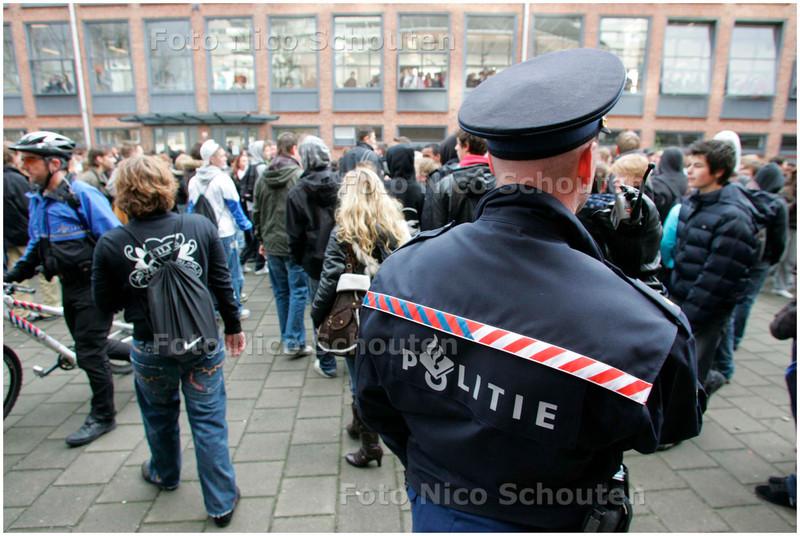 AD/HC - LEERLINGEN SEGBROEKCOLLEGE IN OPSTAND - De leerlingen trokken langs het Hofstadcollege dat hermetisch gesloten bleef - DEN HAAG 26 NOVEMBER 2007 - FOTO NICO SCHOUTEN