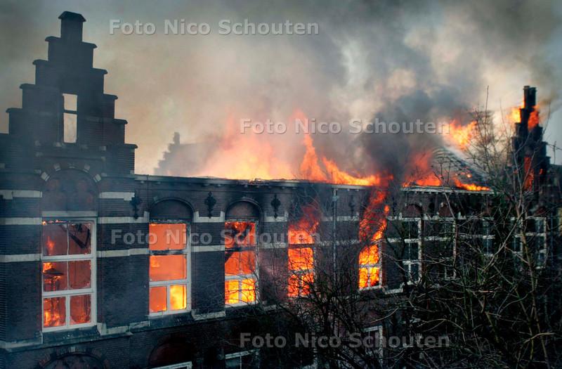 Basisschool De Wereldwijzer uitgebrand, zeeheldenkwartier - DEN HAAG 16 JANUARI 2006 - FOTO NICO SCHOUTEN