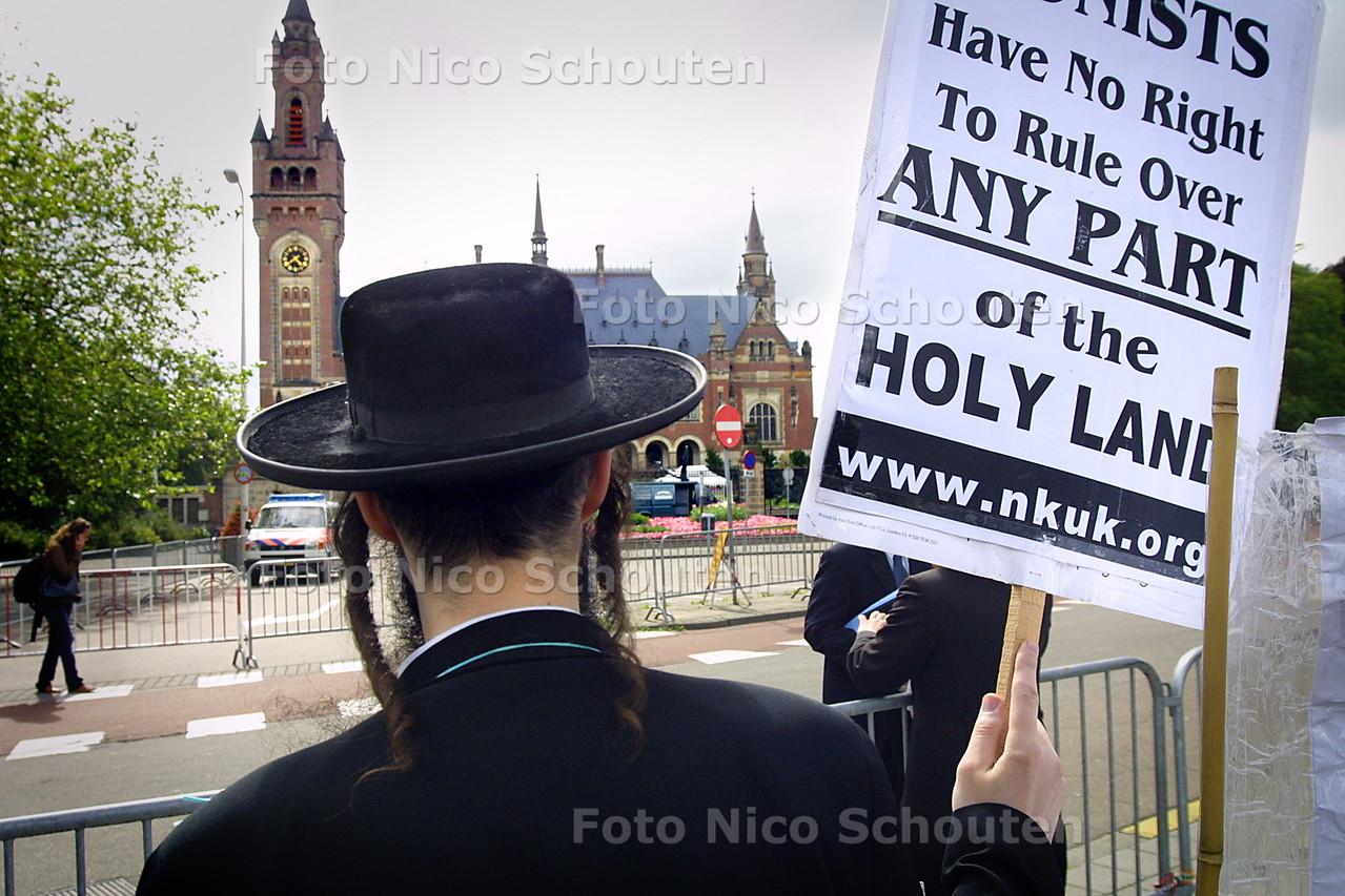 DEN HAAG 9 JULI 2004 - Bij het Vredespaleis werd gedemonstreerd door zowel joden als palestijnen zowel voor als tegen -