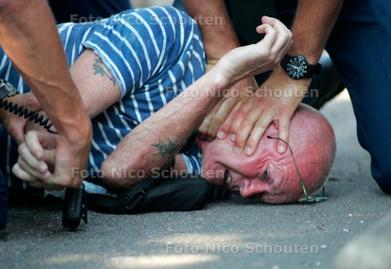 DOKWERKERSDEMONSTRATIE LOOPT UIT DE HAND - Na een demonstratie op het plein naast de 2e kamer trokken de dokwerkers op naar de Utrechtse baan en blokkeerde de snelweg. Toen de politie de dokwerkers, zonder geweld, bijna van de weg af gewerkt te hebben sloeg de vlam in de pan. - DEN HAAG 31 AUGUSTUS 2005 - FOTO NICO SCHOUTEN
