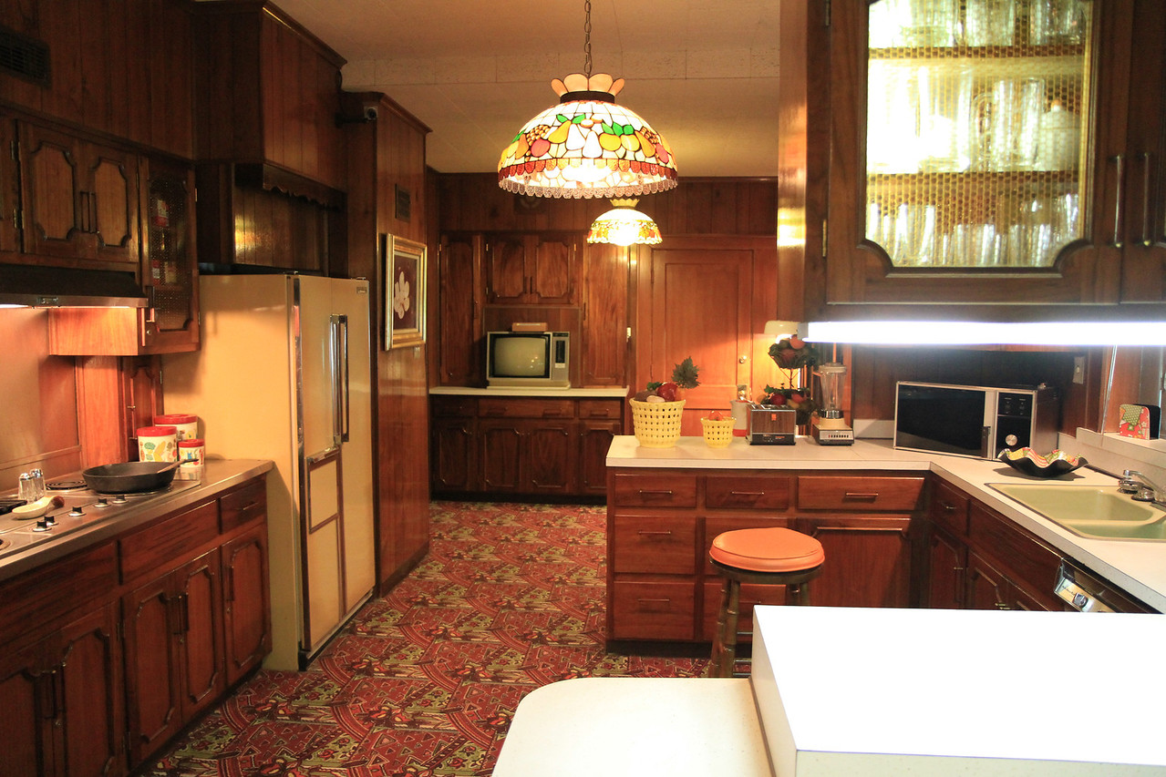Note the kitchen counters are formica..... nothing special.
