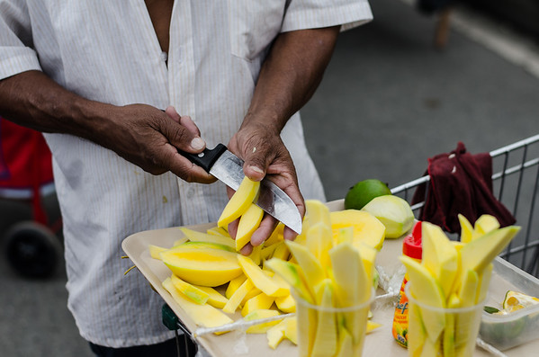 Cutting Mangos in the streets of Medellien