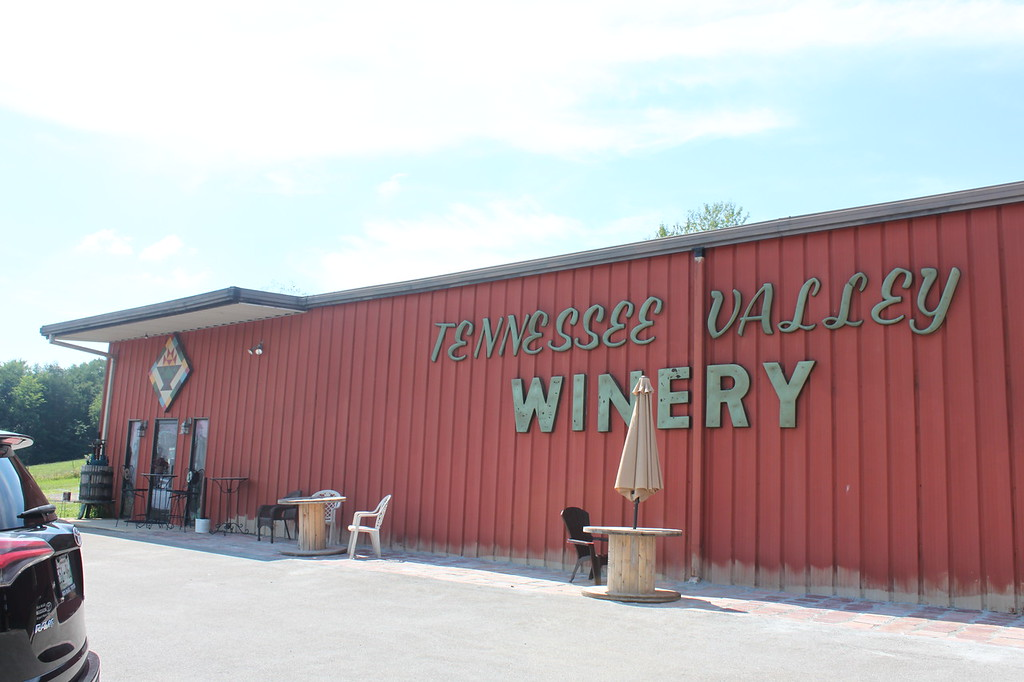 "A red building says ""Tennessee Valley Winery"""