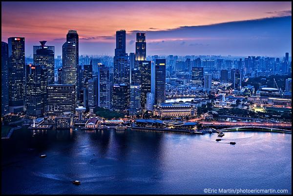 SINGAPOUR VILLE JARDIN. Le quartier des affaires du centre-ville de Singapour vu depuis le skybar CE LA VI situé sur le toit de l'hôtel Marina Bay Sands