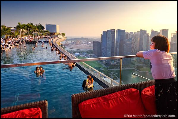 SINGAPOUR VILLE JARDIN. Le quartier des affaires du centre-ville de Singapour vu depuis le carré VIP du skybar CE LA VI situé sur le toit de l'hôtel Marina Bay Sands