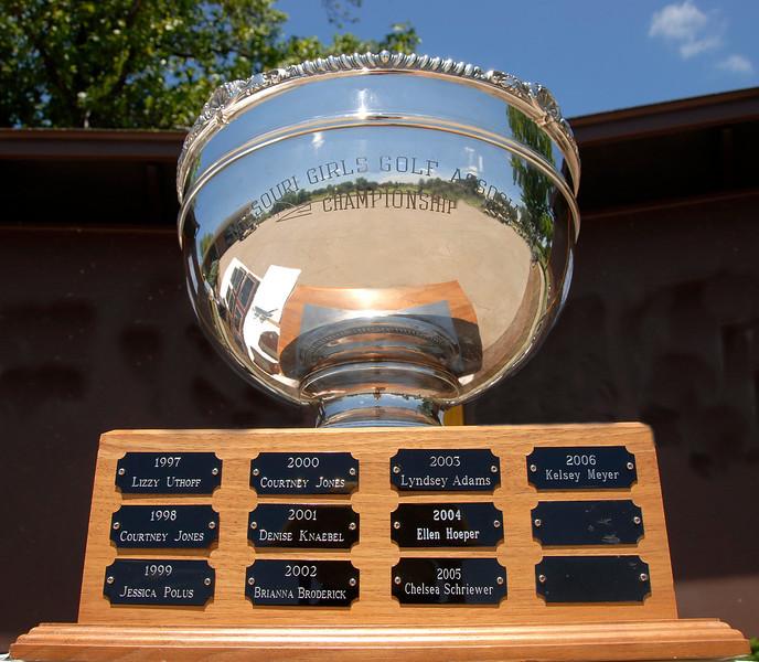 This beautiful trophy belongs to the new MWGA Junior Champion, Rachel Halloran from Leawood, Kansas.