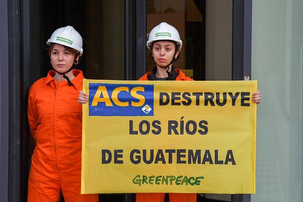 Protesta en la sede de ACS por destruir ríos en Guatemala