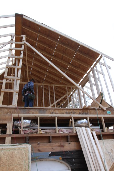 FAIL CONSTRUCTION with NO cross joists at all-
