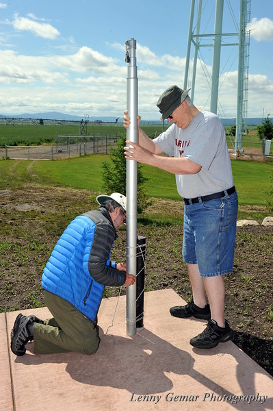 Mark N7MA ties up the supporting telescopic mast for a wire antenna.