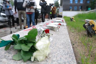 2021 оны долдугаар сарын. 2008 оны 7-р сарын 1-ны үймээнээр амиа алдсан иргэдийн ар гэрийнхэн Хэлмэгдэгсдийн хөшөөнд цэцэг өргөж байна .ГЭРЭЛ ЗУРГИЙГ Г.САНЖААНОРОВ/MPA