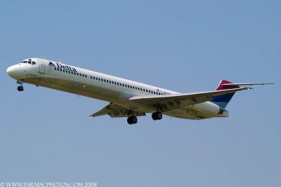 DeltaAirlinesMcDonnellDouglasMD88N972DL_3