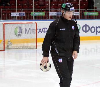 Хоккейный судья с футбольным мячом