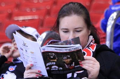 Девушка читает программу к матчу