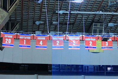 Свитеры под сводами арены во дворце спорта ЦСКА