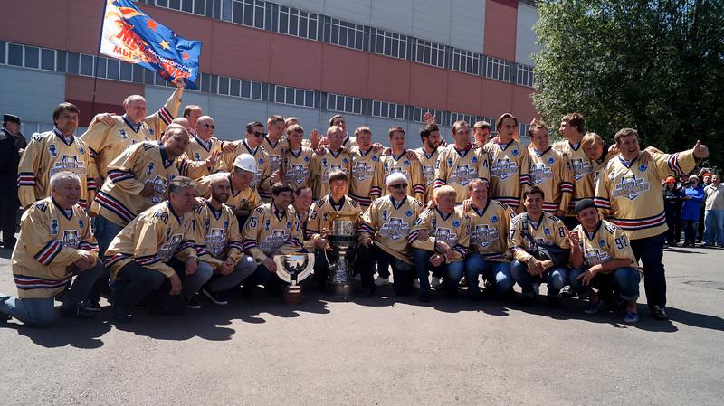 Магнитогорский Металлург выиграл Кубок Гагарина - главный трофей Континентальной хоккейной лиги в сезоне 2013-2014. Жители Магнитогорска приветствовали своих героев на улицах города.