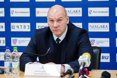 Главный тренер челябинского Трактора Андрей Николишин и главный тренер новокузнецкого