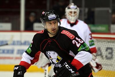 Официальный сайт хоккейного клуба Металлург Магнитогорск сообщил о том, что форвард Максим Якуценя подписал с клубом контракт на один год.