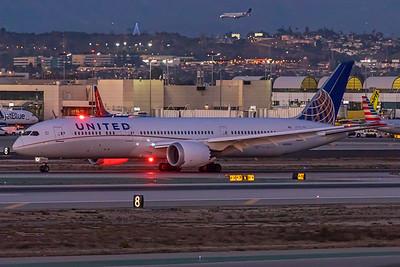 United Airlines Boeing 787-9 N38955 12-17-17