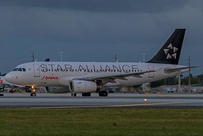 Avianca Airbus A319-132 N522TA 11-28-17 2