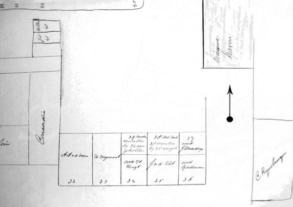 F2815<br /> Situatieschets van 'De Kazerne' aan de Hoofdstraat naast het gebouw Concordia tegenover de Burchtstraat.<br /> Duidelijk is te zien dat De Kazerne pal naast Concordia stond. Tussen De Kazerne en het huis waar C. Rhijnsburger woonde, zien we de toegang naar de Nieuwe Haven ingetekend (midden rechtsboven), zie pijl. Op deze plaats is nu de Concordiastraat. Linksboven de huisjes van het buurtje dat Amerika werd genoemd.<br /> In de map 'Gemeente' zijn op de foto's G0458 en G0459 deze huisjes goed te zien. Vooral op de tweede foto is goed te zien dat het huisje met nummer 32 al is afgebroken.