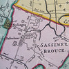 F2103b<br /> Een deel van de kaart van Rijnland uit 1746, zie ook foto 2103a. Het is de derde, geheel herziene en bijgewerkte uitgave, gemaakt door Melchior Bolstra. <br /> De dorpskern van Sassenheim ('Saβenhem' op de kaart) is goed te zien. Vier straten zijn te herkennen: de Heerwegh (Hoofdstraat), Kercklaan (Kerklaan), Santwegh (Zandslootkade), De Laen (Teijlingerlaan) en het pad naar Het Oude Koningshuys (nu Wilhelminalaan).