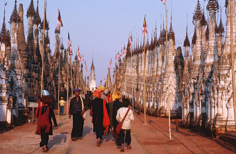 Groupe de Pa-O dans l'allée centrale du site antique de Kakku. Etat Shan/Birmanie (Myanmar)