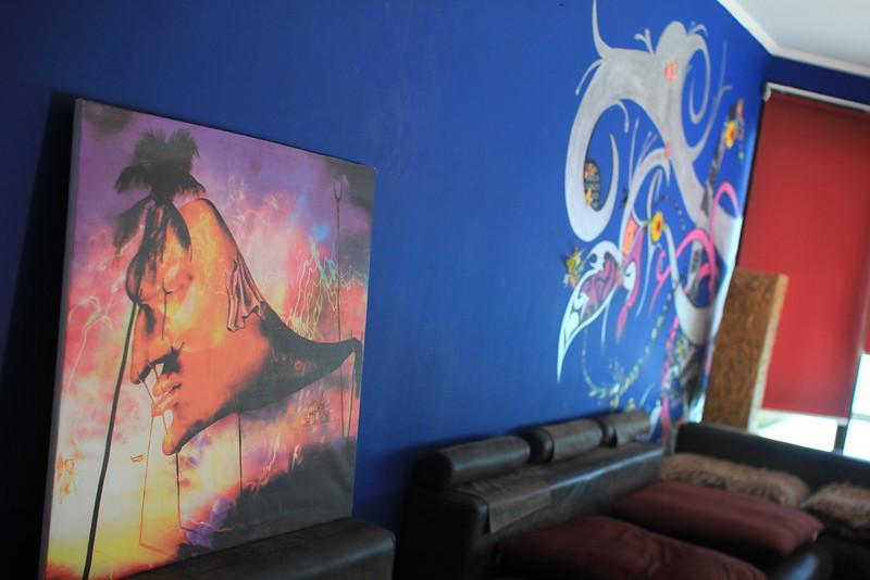 Большой холл с законченной картиной на стене и Желаемый остаться в интерьере обработанный ДАЛИ.