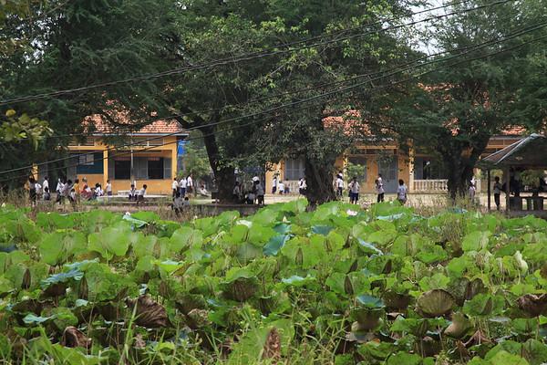 Szkoła zaraz za płotem od Pól Śmierci - dzieciaki, jak zawsze, biegają w mundurkach