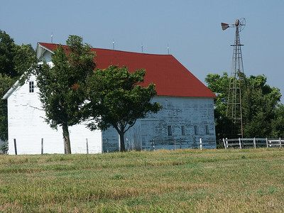 Reno County barn on 82 Ave at Rayl Rd